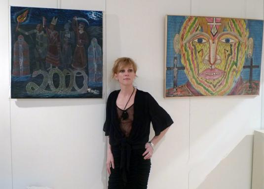 N.Giafferi-Dombre devant des toiles de Frantz Zéphirin